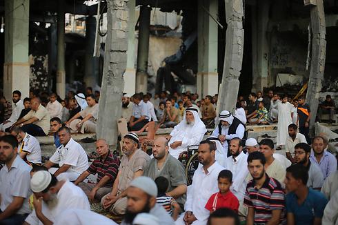 """Servicios religiosos musulmanes de Id El Fiter, festividad que clausura el mes de Ramadán y que debe durar tres días. Hamás violó nuevamente el alto el fuego, Israel respondió, Hamás acusó a Israel de violarlo y de """"no respetar la sensibilidad de los musulmanes en esta celebración""""."""